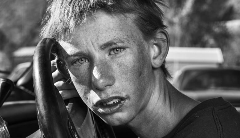 En 2015, Robin de Puy a traversé les Etats-Unis à moto, elle rencontre Randy dans le Nevada. Il la double - très vite - mais dans le court instant où elle le vit, elle sut : il faudrait qu'elle sache qui est ce garçon.